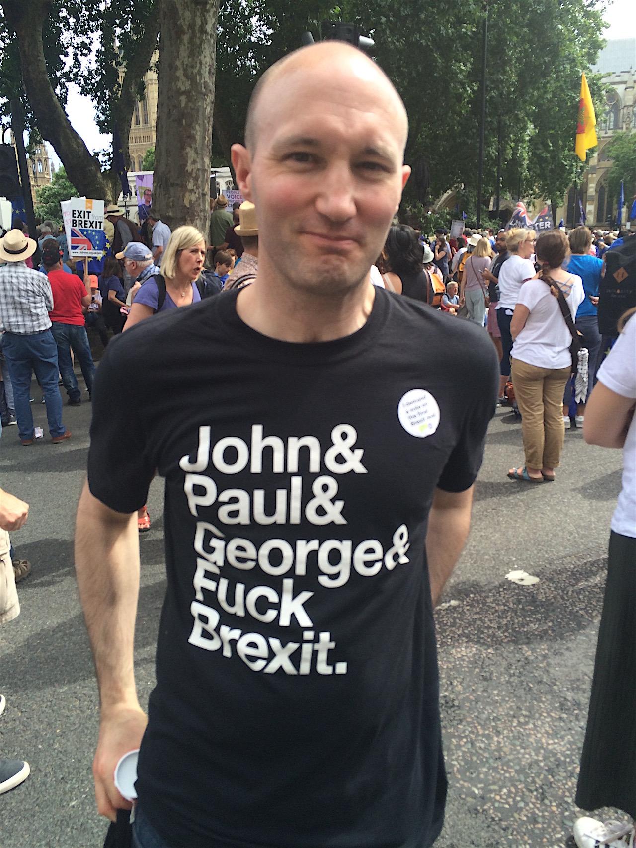"Mann mit T-Shirt ""John & Paul & George & Fuck Brexit"