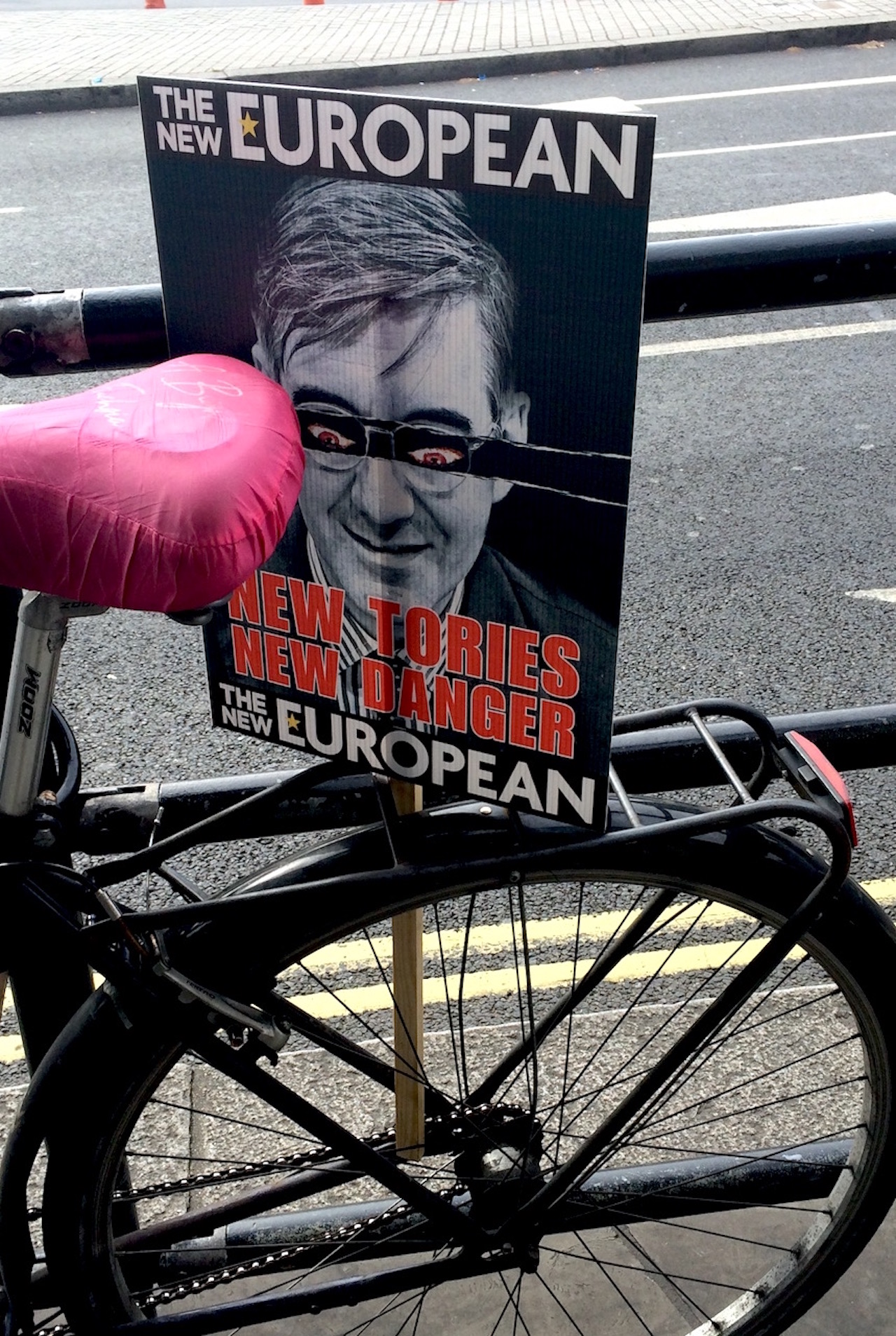 "Plakat ""New Tories New Danger"", Jacob Rees-Mogg mit Dämonen-Augen, in Anspielung auf das alte konservative Poster ""New Labour, New Danger"""