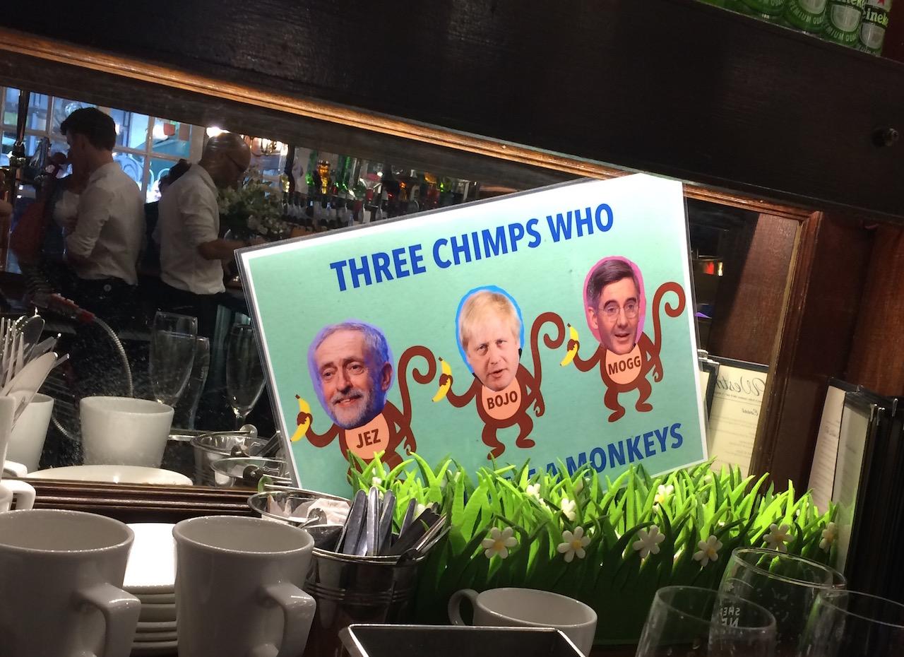 Schild mit Corbyn, Johnson und Rees-Mogg als drei Schimpansen drauf.