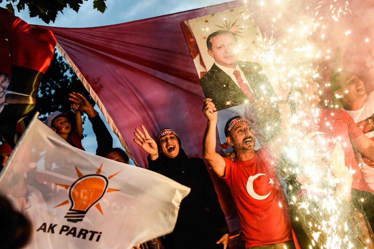 Anhänger von Recep Tayyip Erdogan feiern Wahlsieg.