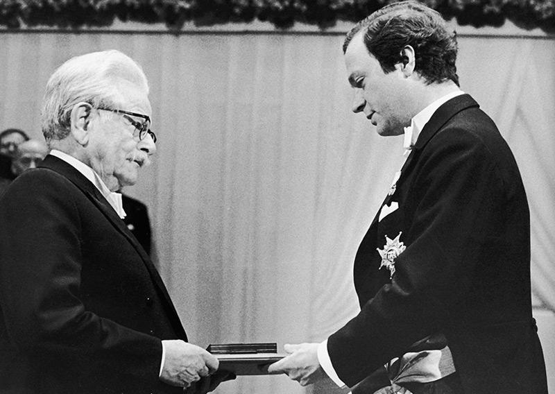 Elias Canetti erhält vom schwedischen König Carl Gustaf am 10. Dezember 1981 den Nobelpreis für Literatur