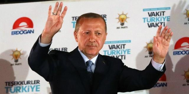 Recep Tayyip Erdogan bei einer Siegesrede vor seinen Anhängern.