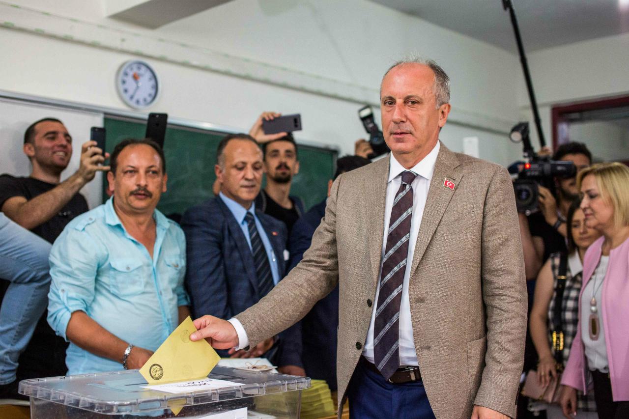 CHP-Präsidenschaftskandidat Muharrem Ince an der Wahlurne