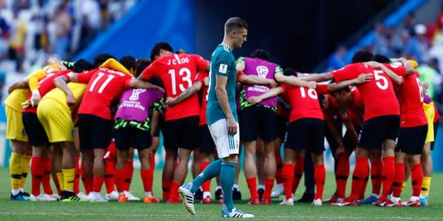 Toni Kroos vor einem Kreis südkoreanischer Spieler