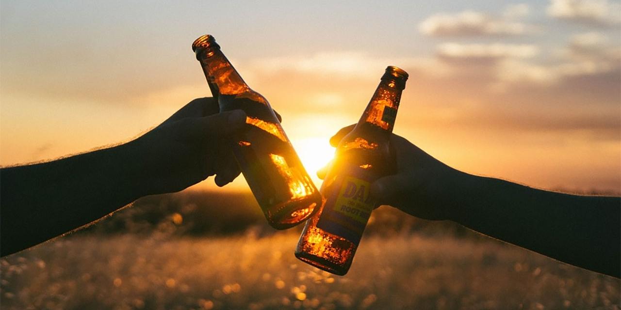 Anstoßen mit zwei Bierflaschen