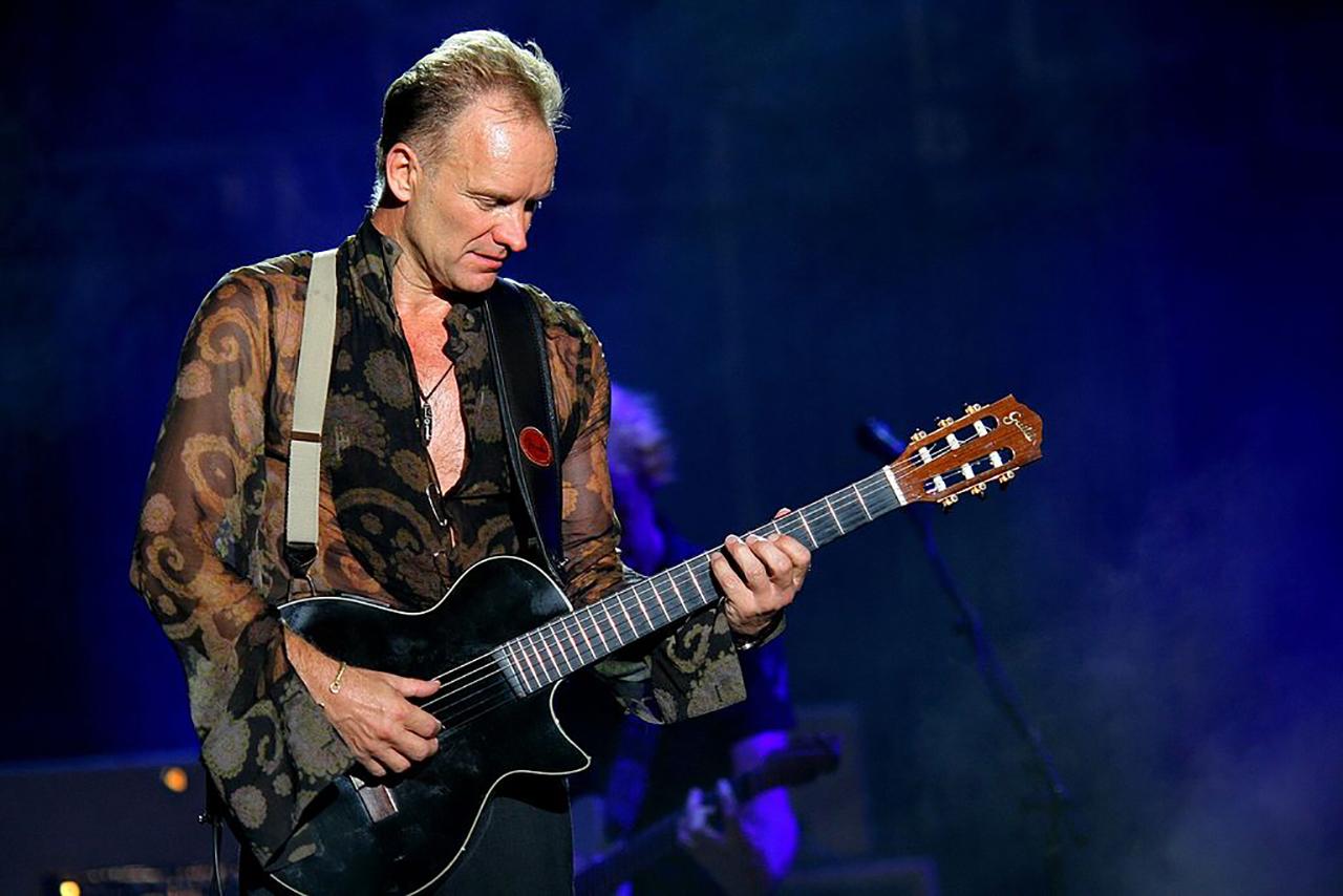 Sting mit Gitarre