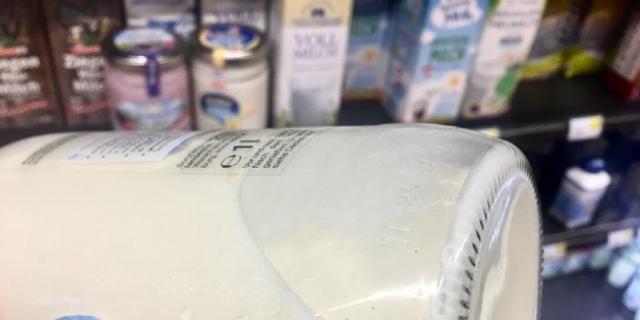 Milch im Glasflascherl
