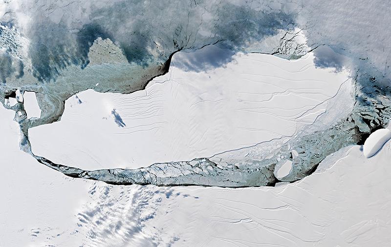 Luftbild: Der Rieseneisberg A68 im Meer