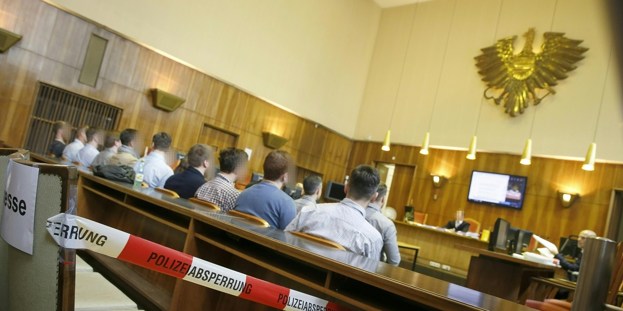 Die Angeklagten am Mittwoch, 4. Juli 2018, vor Beginn des Prozesses gegen Mitglieder der Identitären Bewegung Österreich (IBÖ) am Grazer Straflandesgericht.