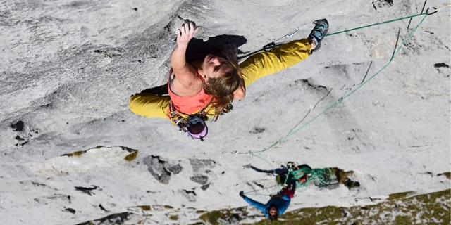 Babsi Zangerl klettert eine Felswand hoch