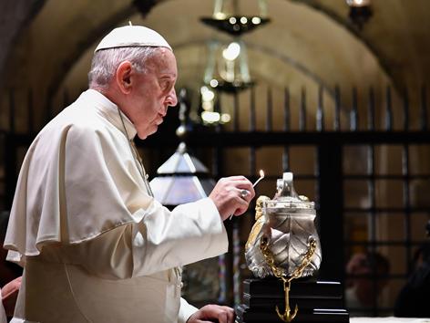 Papst Franziskus mit Lampe in Form eines silbernen Schiffes
