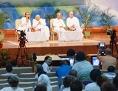 """""""Brahma Kumaris: Frauen in Weiß"""" zeigt die neureligiöse Gemeinschaft aus Indien, der mehrere hunderttausend Mitglieder angehören, gelehrt wird Raja Yoga."""