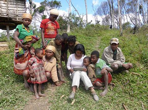 Forscherin in Madagaskar mit einer ansässigen Familie