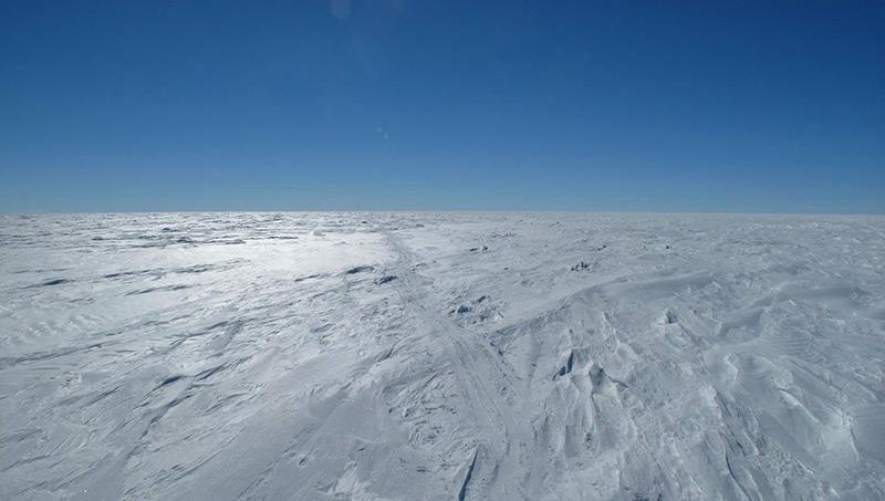 Eis und blauer Himmel: Schispuren im Schnee in der Ostantarktis, dem kältesten Ort der Erde