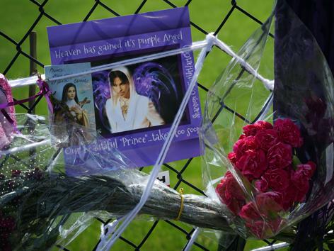 Fans verabschieden sich beim Paisley Park Memorial  von ihrem geliebten Pop-Star