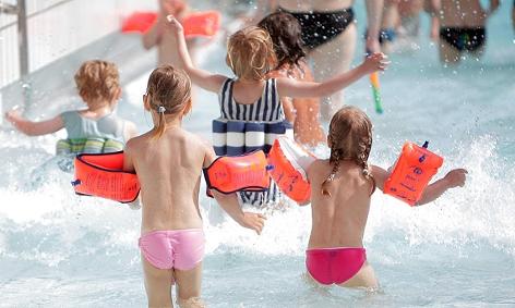 Spielende Kinder im Wellenbecken