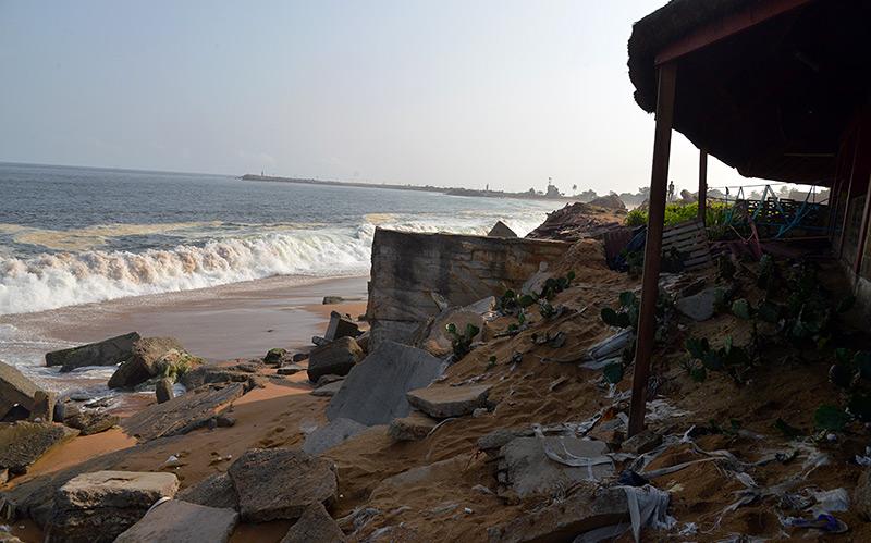 Durch Überschwemmmungen zerstört: Ruine eines Gebäudes am Strand