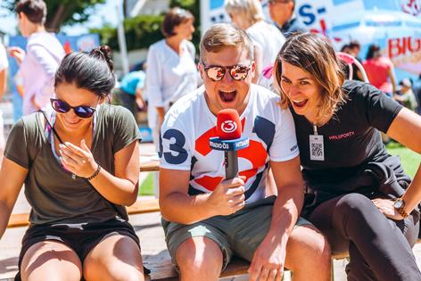 Ö3-Eisattacke Tarek Adamski mit glücklichen Besucherinnen