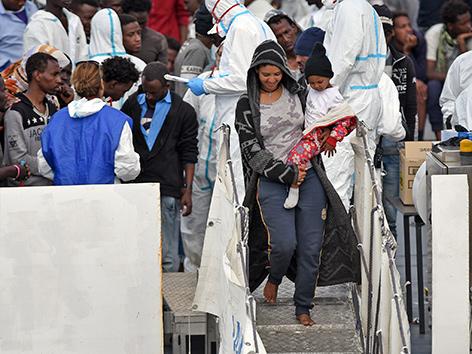 Flüchtlinge gehen in Catania vom Schiff