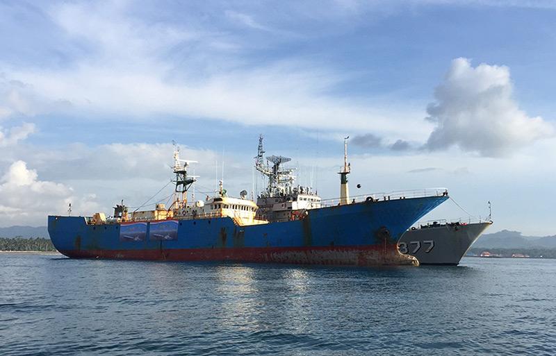 Großes Fischereischiff liegt vor Anker