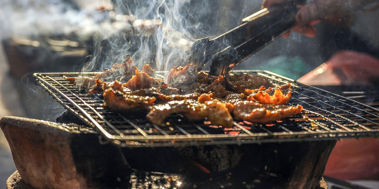Griller mit Fleisch drauf
