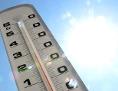 Thermometer vor sommerlichem Himmel