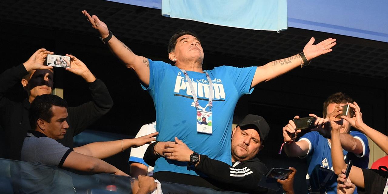 Diego Maradona breitet die Arme aus