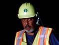Arbeiter mit Schutzhelm in der Nacht