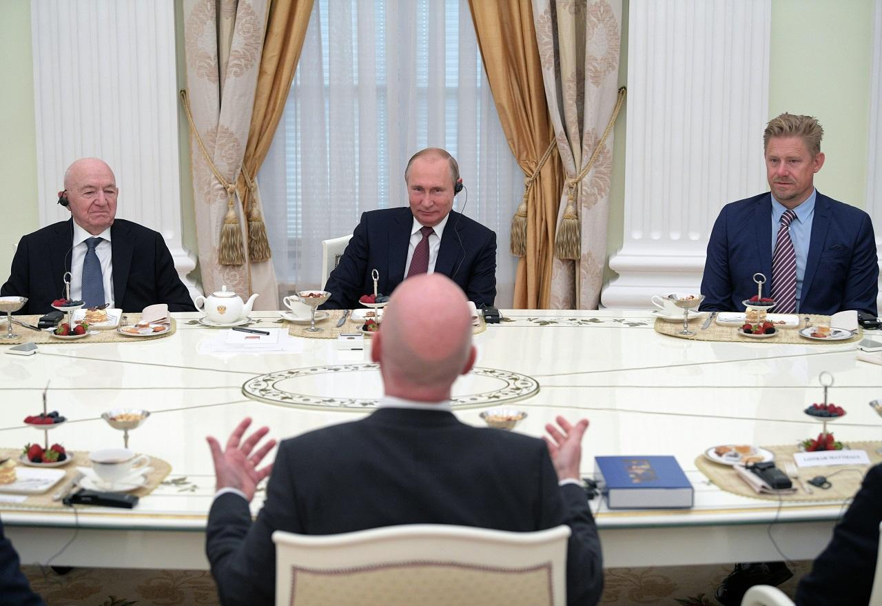Putin und FIFA-Chef Gianni Infantino essen Kuchen im Kreml