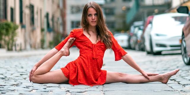 Sara Ticha macht Spagat auf der Straße