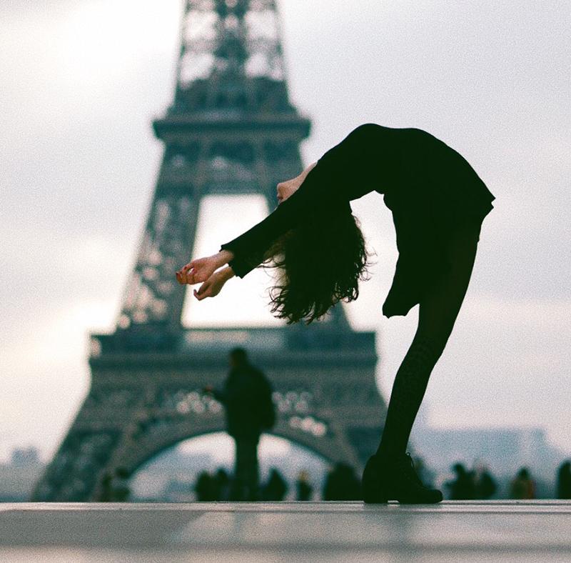 Sara Ticha macht eine Rückbeuge vor dem Eiffelturm