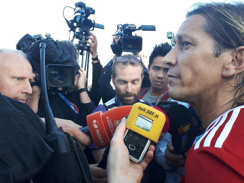 Press scrum with Michel Selgado