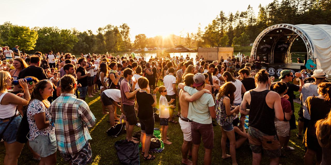 Bühne und Publikum beim Acoustic Lakeside Festival