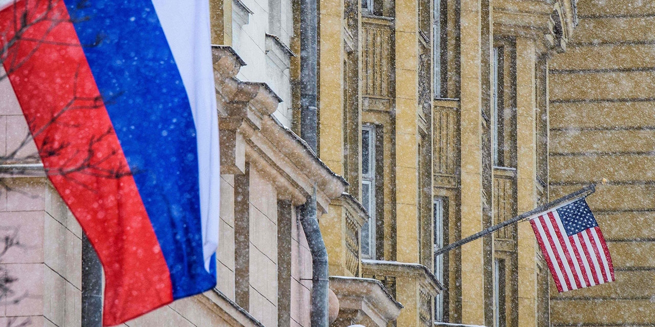 Russische und USA Flagge im Schnee