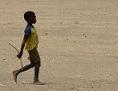 Ein Bub geht durch die Wüste bei Timbuktu