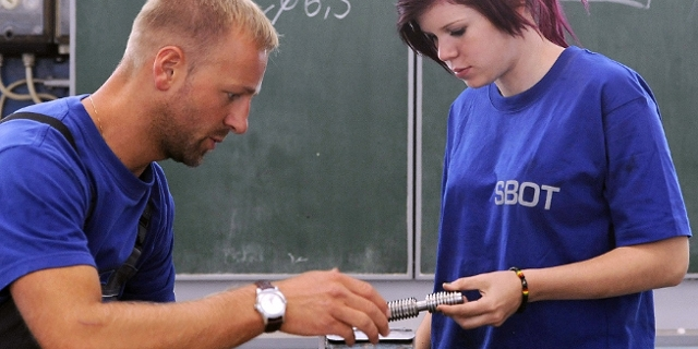 Jugendlicher Lehrling mit Ausbildner