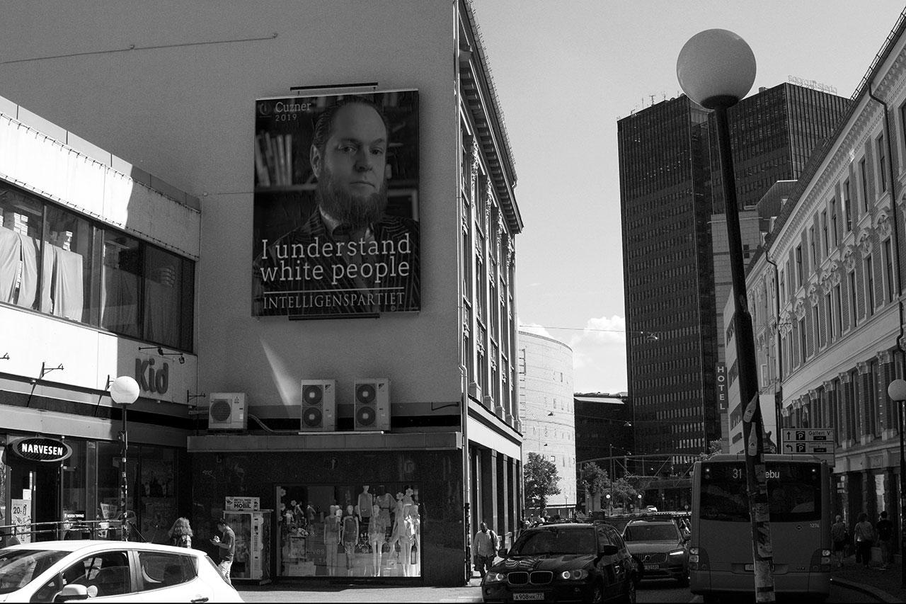 Poster für Lars Cuzners Inteligentspartiet (Intelligenzpartei) im Zentrum Oslos, 2018