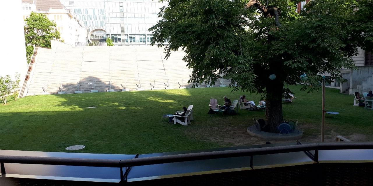 Menschen sitzen auf einem Rasen