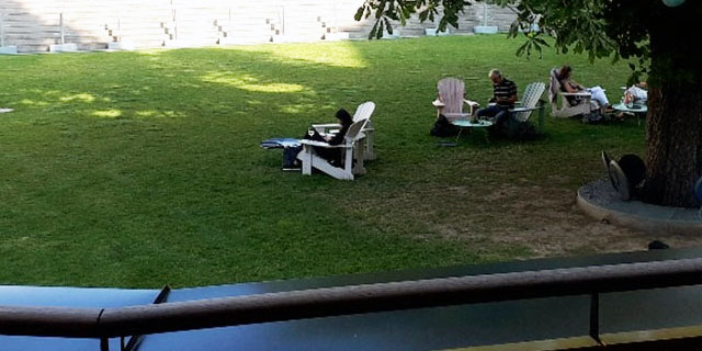Menschen im Hof des MAK
