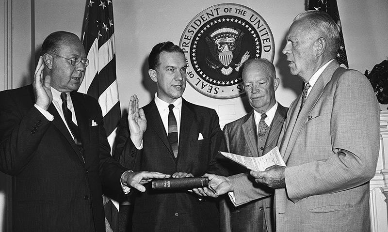 Angelobung: US-Präsident Dwight D. Eisenhower mit neuen Mitgliedern der NASA