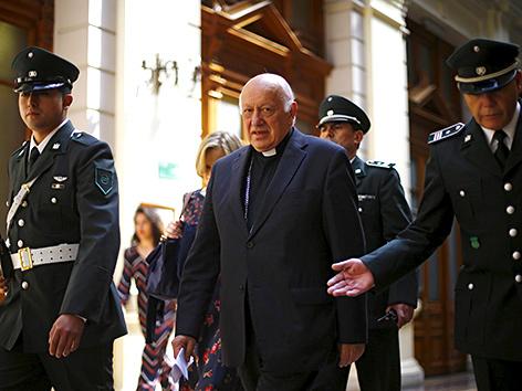 Der Erzbischof von Santiago de Chile, Kardinal Ricardo Ezzati, auf dem Weg in das Gerichtsgebäude in Santiago