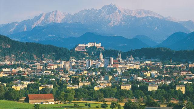 Blick nach Süden mit der Festung Hohensalzburg.