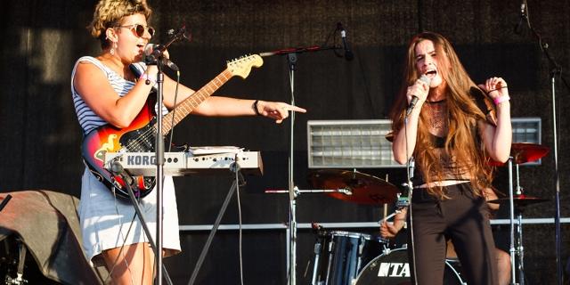Schapka bei ihrem Auftritt auf der Bühne eines Getränkeherstellers