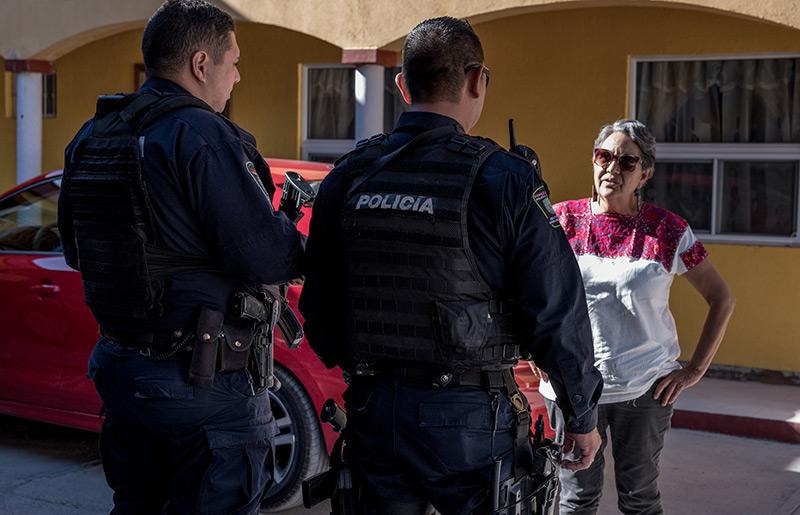 Mexikanische Umweltaktivistin mit Polizisten auf der Straße