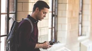 Teenager / Mann mit Handy