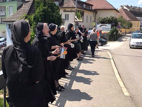 Ordensfrauen bei einem Flashmob in Vöcklabruck, OÖ