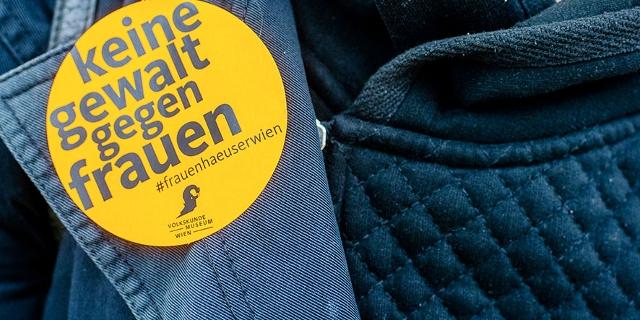 """Button auf dem Kleidungsstück einer Person """"Keine Gewalt gegen Frauen"""""""
