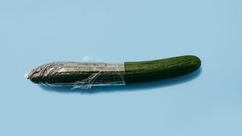 Italienische Erfindung: Das kondom/ Gurke mit Verpackung aus Plastik