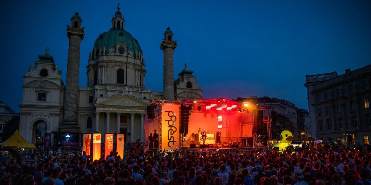 Publikum; Bühne und die Karlskirche am Popfest 2018
