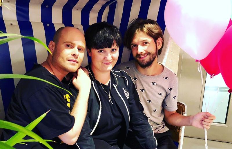 Sonja und Bernd (Eva Deutsch und David Pfister) sitzen in einem Strandkorb mit Michi Buchinger